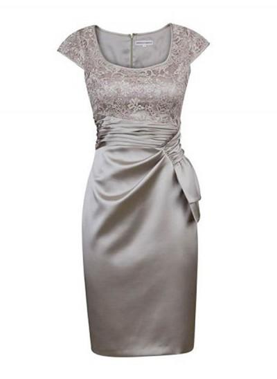 Etui-Linie Rechteckiger Ausschnitt Kappenhülsen Satin Kurze Brautmutterkleid mit Spitze Rüschen